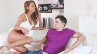 Tapasztalt anya megtanitja a fiát és barátnőjét, milyen egy jó baszás.