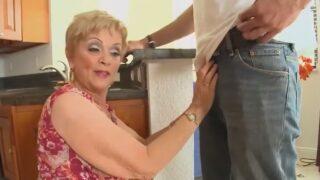 62 éves öreg nő üdvözli az új szomszédot